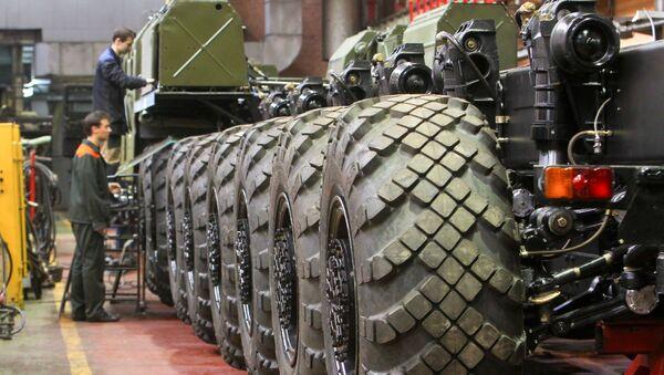 Рабочие Минского завода колесных тягачей в цехе по производству специальных колесных шасси - Sputnik Узбекистан
