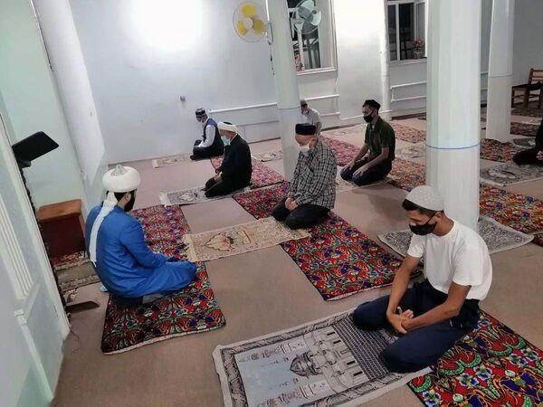 Первый коллективный намаз в мечетях Узбекистана после карантина - Sputnik Узбекистан