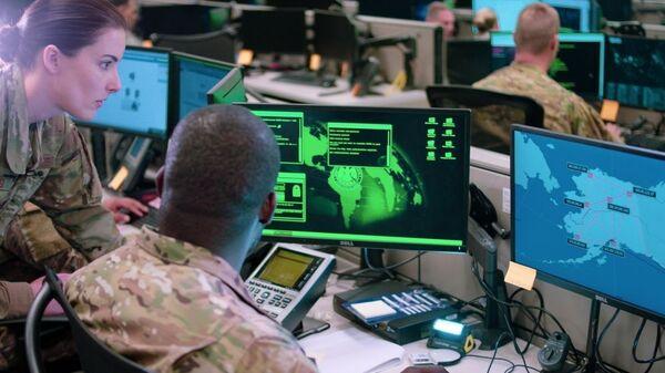 Сотрудники эскадрильи сетевых операций базы ВВС США Лекленд во время учений по отражению кибератак - Sputnik Ўзбекистон