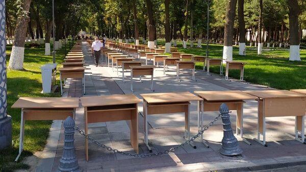 Парты, установленные на аллее для тестовых испытаний  - Sputnik Узбекистан