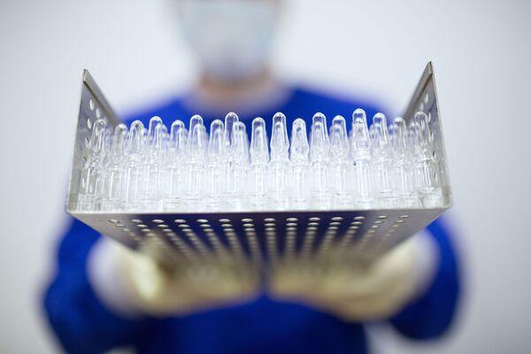 Производство вакцины от COVID-19 на фармацевтическом заводе Биннофарм - Sputnik Узбекистан