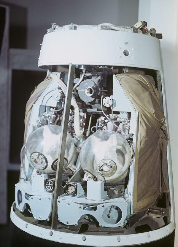 Макет катапультируемого контейнера космического корабля с собаками Белкой и Стрелкой  - Sputnik Узбекистан