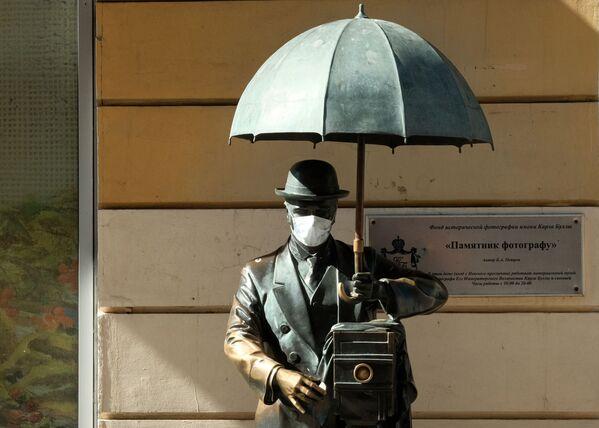 Памятник фотографу с надетой медицинской маской на Малой Садовой улице в Санкт-Петербурге - Sputnik Узбекистан