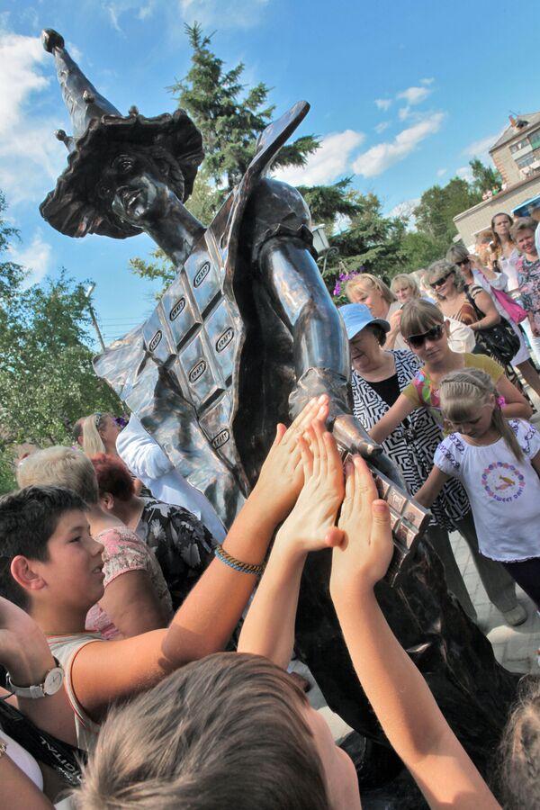 Памятник шоколаду открыт в городе Покров Владимирской области - Sputnik Узбекистан