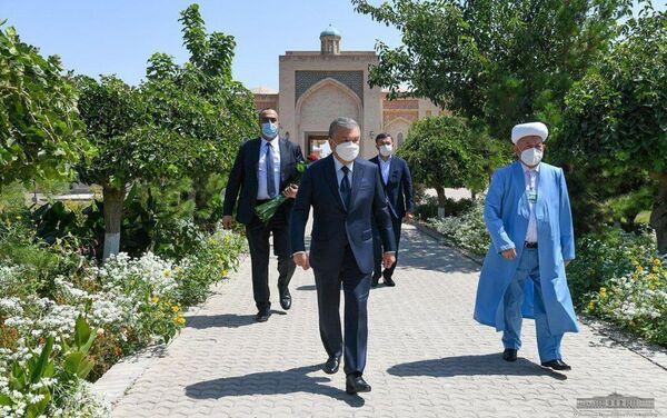 Президент посетил могилу Карима Камалова - Sputnik Узбекистан