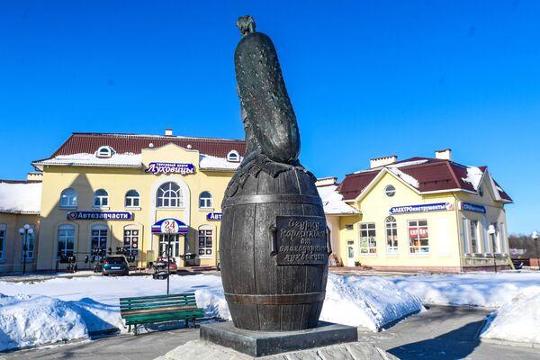 Памятник огурцу в Луховицах - Sputnik Узбекистан