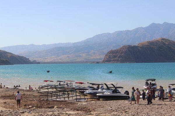 Те отдыхающие, кто все же рискнул отправиться на Чарвак, будут вознаграждены прекрасными видами и относительным спокойствием на пляже - Sputnik Узбекистан