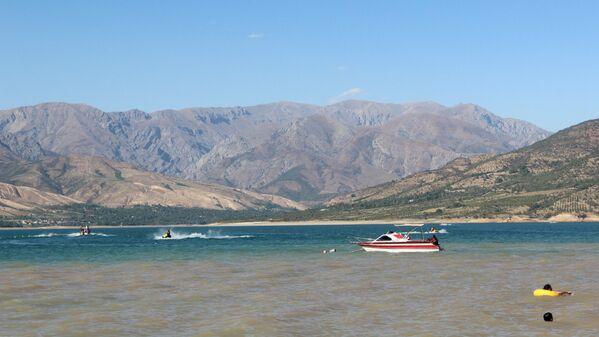 Пока одни барахтаются у берега, другие рассекают волны на скутерах - Sputnik Узбекистан
