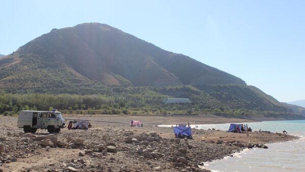 На берегу дежурит бригада спасателей МЧС на случай экстренной ситуации - Sputnik Узбекистан