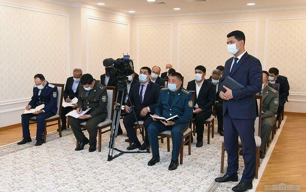 Президент Шавкат Мирзиёев в международном аэропорту Бухары провел совещание с участием ответственных руководителей - Sputnik Узбекистан