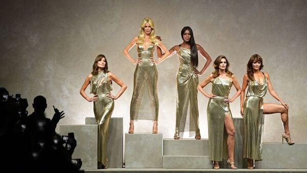 Топ-модели Карла Бруни, Клаудия Шиффер, Наоми Кэмпбелл, Синди Кроуфорд и Хелена Кристенсен на показе модного дома Versace в Милане - Sputnik Узбекистан
