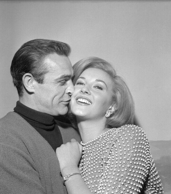 Шотландский актер Шон Коннери с итальянской актрисой Даниэлой Бианки, 1963 год - Sputnik Узбекистан