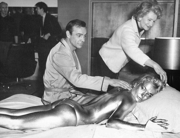 Шотландский актер Шон Коннери с актрисой Ширли Итон, 1964 год - Sputnik Узбекистан