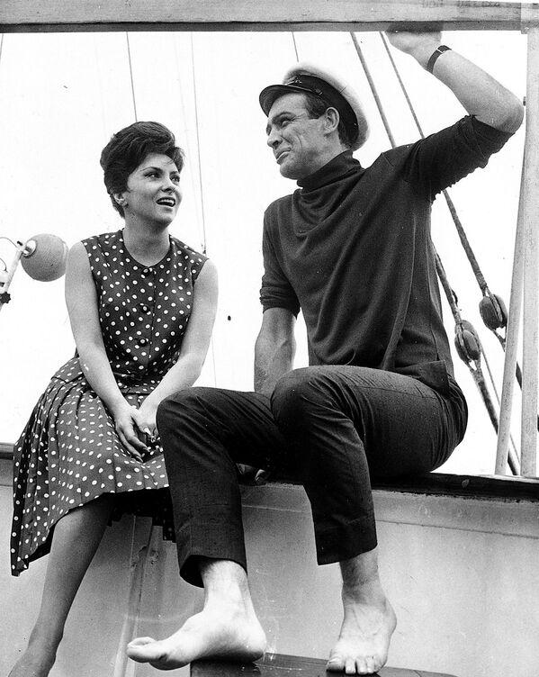 Шотландский актер Шон Коннери с итальянской актрисой Джиной Лоллобриджидой, 1963 год - Sputnik Узбекистан