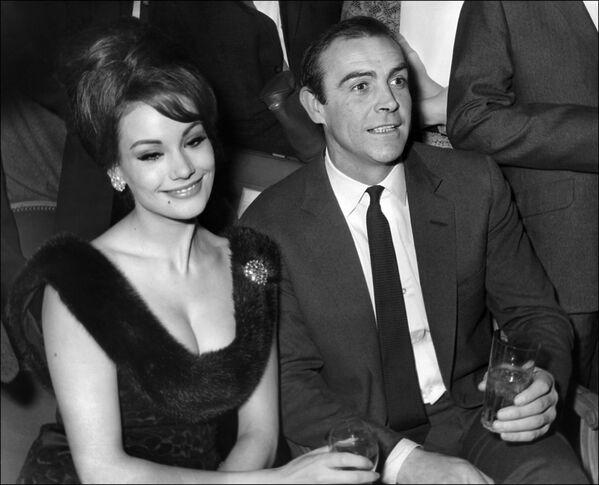 Шотландский актер Шон Коннери и французская актриса Клодин Оже на пресс-конференции в Париже, 1965 год - Sputnik Узбекистан