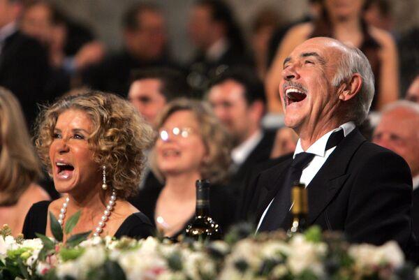 Актер Шон Коннери с женой Мишелин Рокбрюн во время 34-й церемонии вручения премии AFI, 2006 год - Sputnik Узбекистан