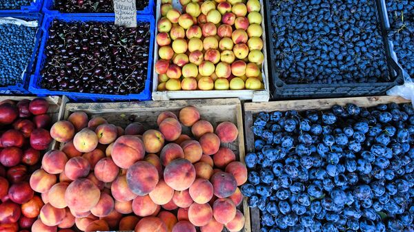 Продажа овощей и фруктов на рынке - Sputnik Узбекистан