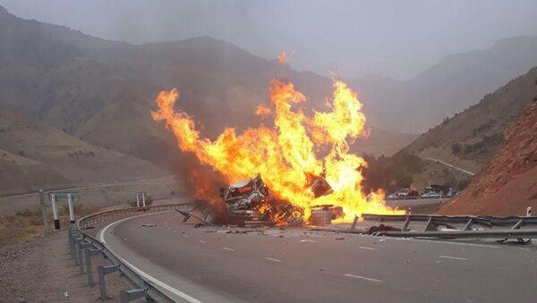 В результате ДТП загорелся грузовик Isuzu - Sputnik Узбекистан
