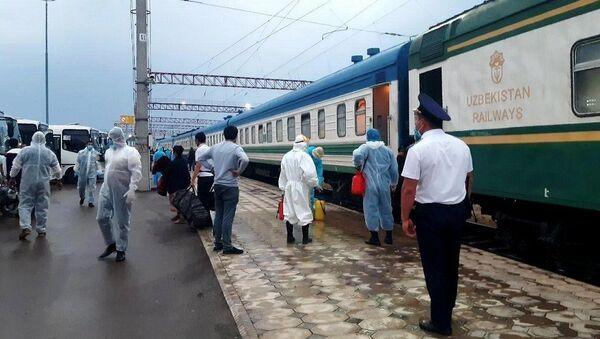 В Узбекистан спецпоездом вернули домой около тысячи мигрантов - Sputnik Ўзбекистон