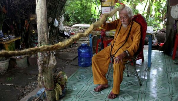 92 летний Нгуен Ван Чин демонстрирует свои 5-метровые волосы - Sputnik Ўзбекистон