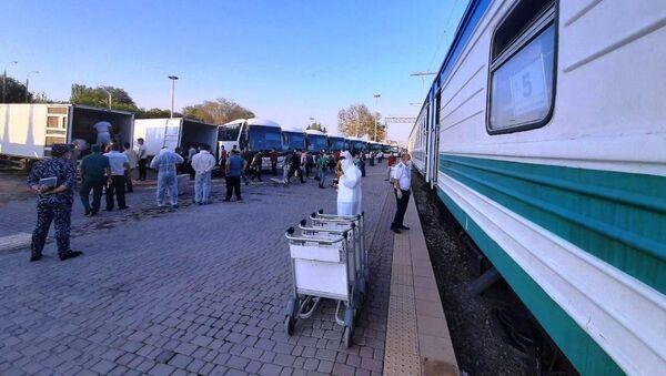 Узбекистанцев вывезли из Самарской области на родину специальным поездом - Sputnik Узбекистан