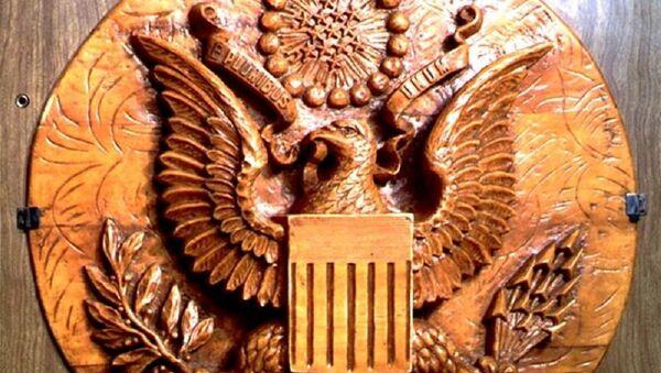Герб США со спрятанным внутри жучком Льва Термена  - Sputnik Ўзбекистон