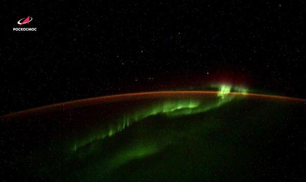 Полярное сияние над Антарктидой с неизвестными объектами  - Sputnik Узбекистан