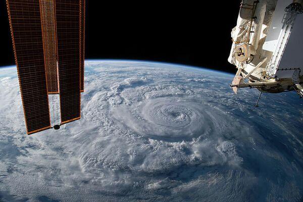 Ураган Женевьева у тихоокеанского побережья Мексики снятый с борта МКС - Sputnik Узбекистан