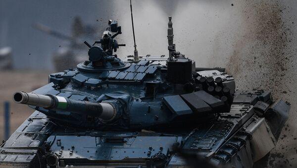 Танк Т-72 команды Узбекистана во время соревнований танковых экипажей в рамках конкурса Танковый биатлон-2020 на полигоне Алабино на VI Армейских международных играх АрМИ-2020 - Sputnik Ўзбекистон