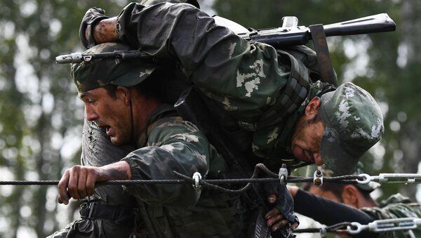 Военнослужащие вооруженных сил Узбекистана во время прохождения этапа Тропа разведчика в конкурсе Отличники войсковой разведки в рамках Армейских международных игр АрМИ-2020  - Sputnik Узбекистан