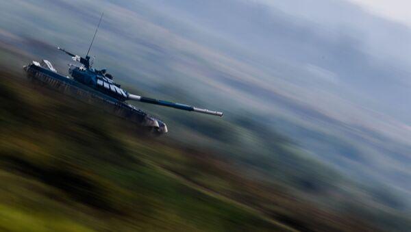 Танк Т-72 команды Узбекистана во время соревнований танковых экипажей в рамках конкурса Танковый биатлон-2020 на полигоне Алабино на VI Армейских международных играх АрМИ-2020 - Sputnik Узбекистан