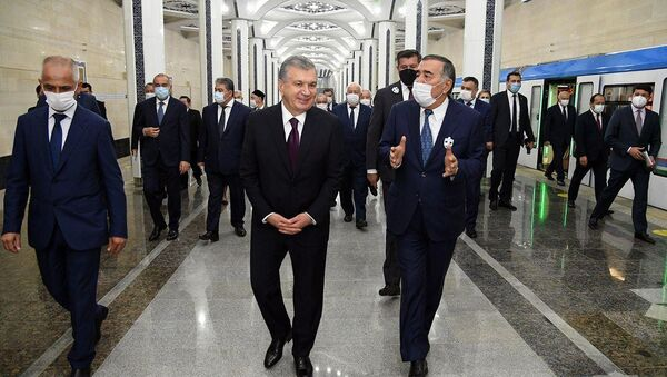 Шавкат Мирзиёев во время осмотра станции Туркестан - Sputnik Узбекистан
