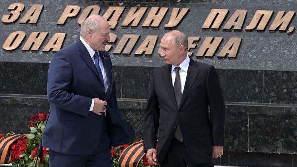 Prezident RF V. Putin i prezident Belorussii A. Lukashenko otkrыli Rjevskiy memorial Sovetskomu soldatu - Sputnik Oʻzbekiston