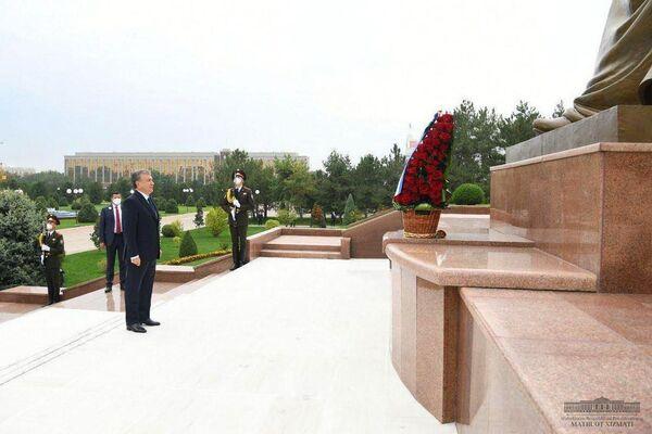 Президент Шавкат Мирзиёев возложил цветы к подножию Монумента независимости и гуманизма. - Sputnik Узбекистан