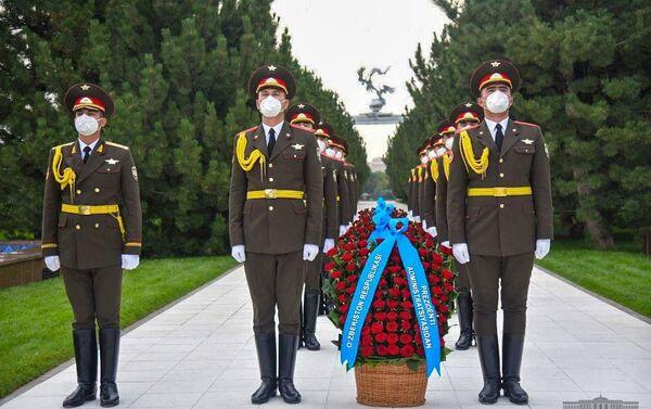 Президент Шавкат Мирзиёев возложил цветы к подножию Монумента независимости и гуманизма - Sputnik Узбекистан