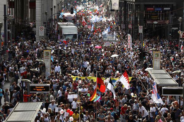 На центральной улице Фридрихштрассе собралось около 18 тысяч человек - Sputnik Узбекистан