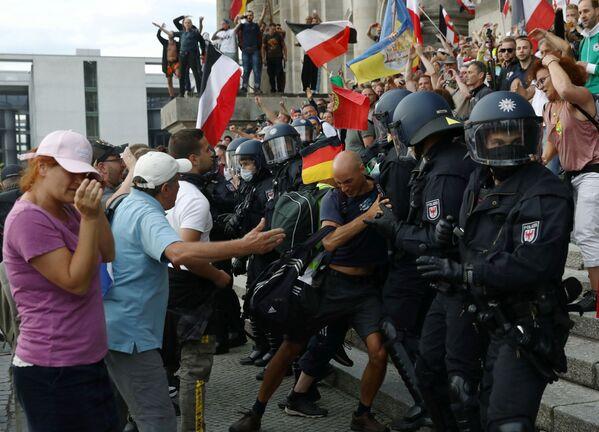Полиция призывала участников акции соблюдать социальную дистанцию и надеть маски - Sputnik Узбекистан