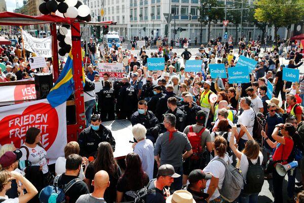 Однако демонстранты считали, что эти меры ограничивают их права и свободу - Sputnik Узбекистан