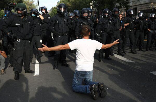 Протестная акция в Берлине стала одной из крупнейших на последние 15 лет в столице ФРГ - Sputnik Узбекистан