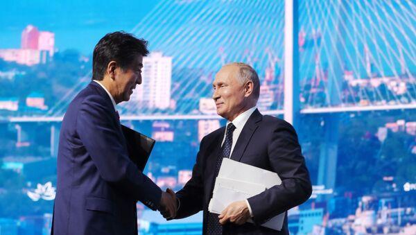 Президент РФ Владимир Путин и премьер-министр Японии Синдзо Абэ (слева) после окончания пленарного заседания V Восточного экономического форума – 2019 - Sputnik Узбекистан
