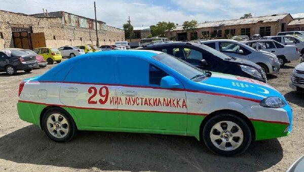 Voditel v Buxare raskrasil avto v tsveta natsionalnogo flaga - foto - Sputnik Oʻzbekiston