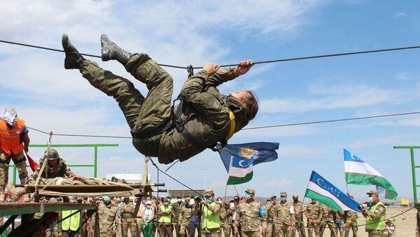 Этап Командное первенство в рамках соревнований по военно-медицинскому многоборью Военно-медицинская эстафета - Sputnik Узбекистан