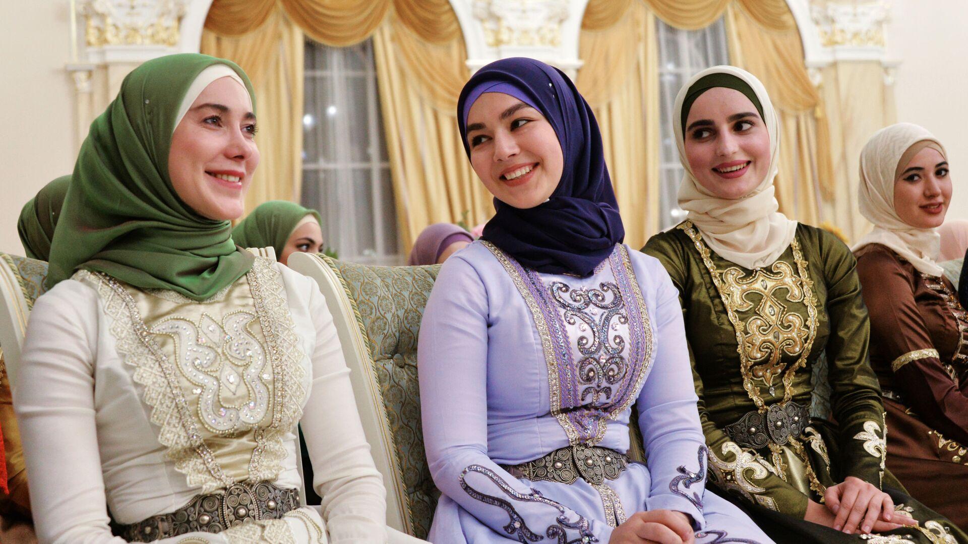 Участницы торжественного вечера, посвященного празднованию Дня чеченской женщины, в Грозном, Чечня - Sputnik Узбекистан, 1920, 06.07.2021