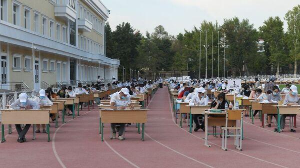 Абитуриенты сдают вступительные экзамены на стадионе Пахтакор - Sputnik Ўзбекистон