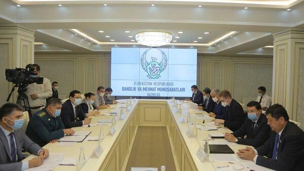 В Минтруде состоялось обсуждение проблем внешней трудовой миграции  - Sputnik Ўзбекистон