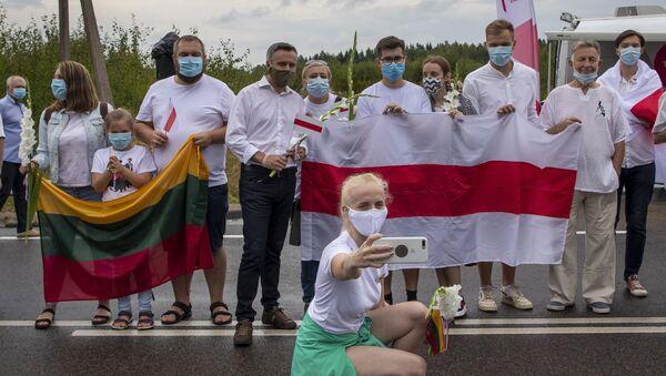 Участники акции в Литве в знак солидарности с протестами в Беларуси - Sputnik Узбекистан