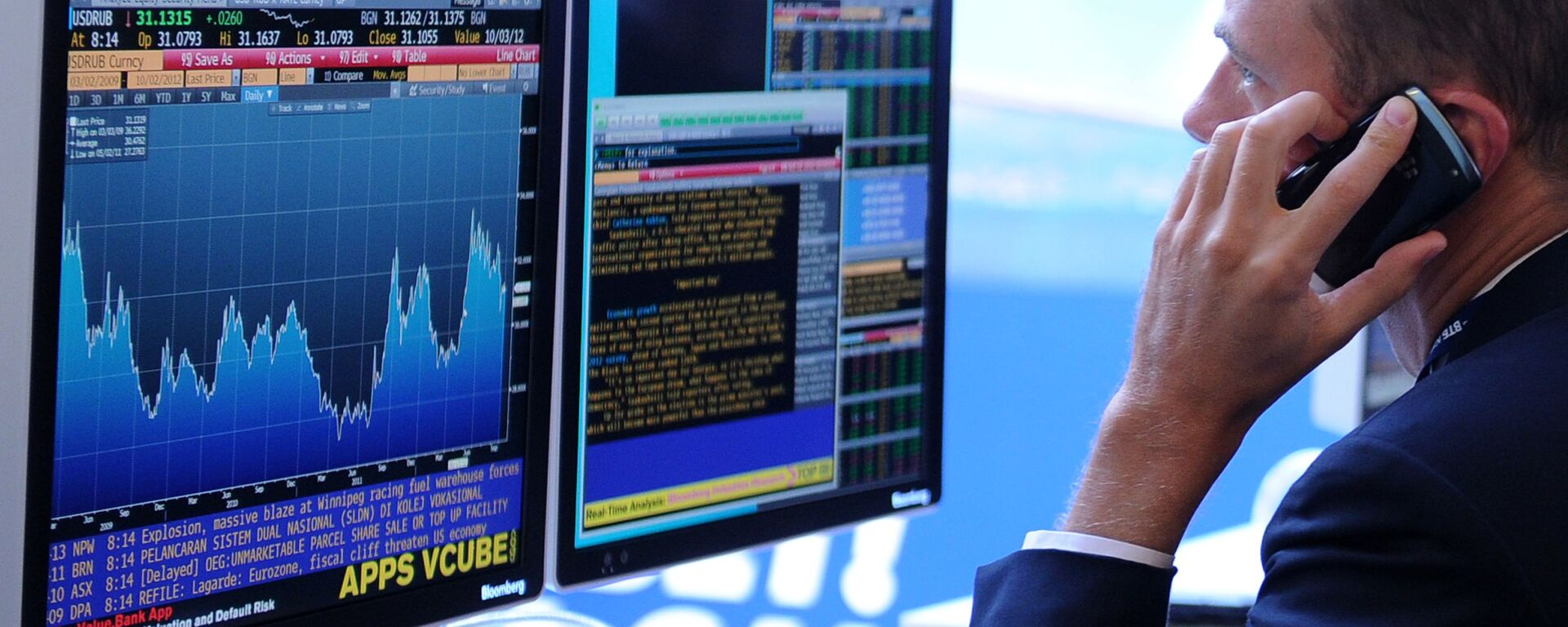 Экран, транслирующий биржевые графики и диаграммы - Sputnik Узбекистан, 1920, 28.01.2021