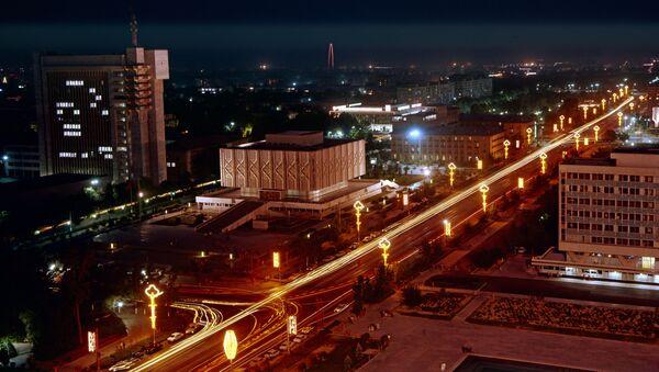 Центральная магистраль города - проспект имени В.И. Ленина вечером. - Sputnik Узбекистан