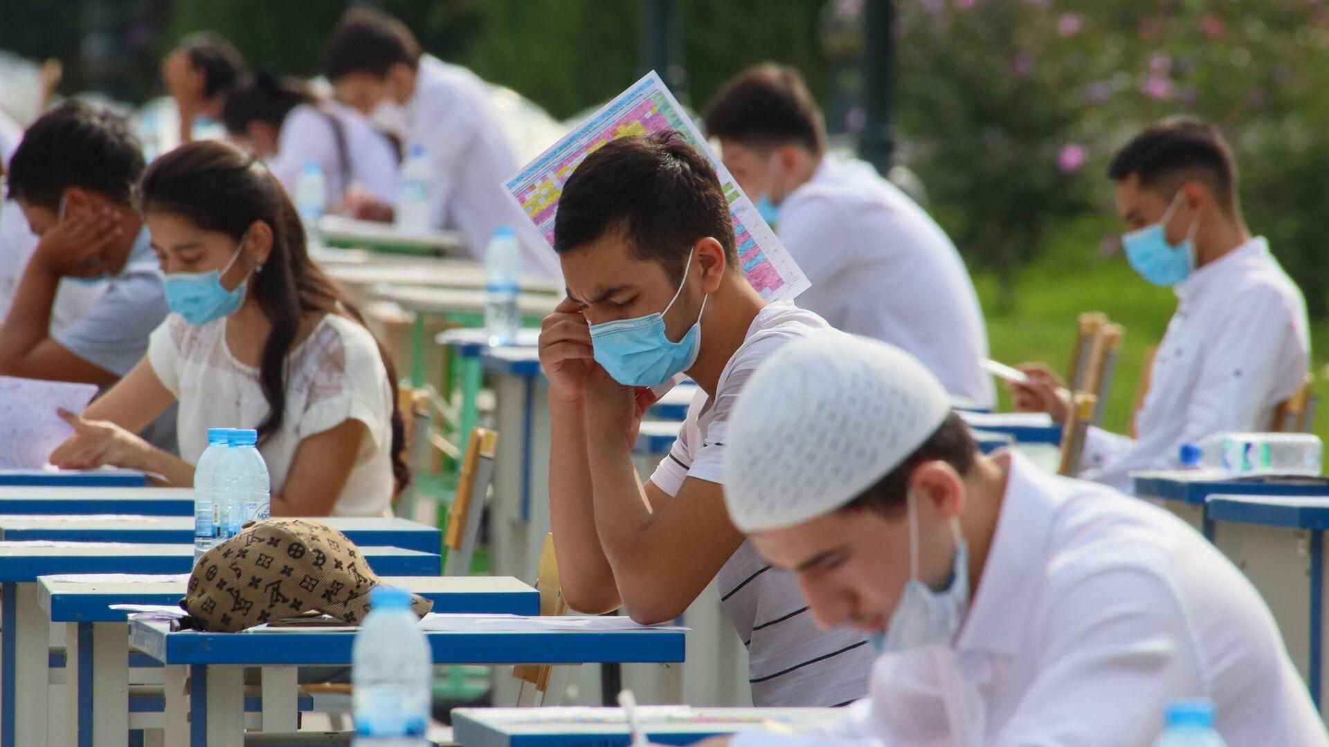 Узбекские студенты сдают вступительные экзамены под открытым небом в Ташкенте - Sputnik Ўзбекистон, 1920, 18.03.2021