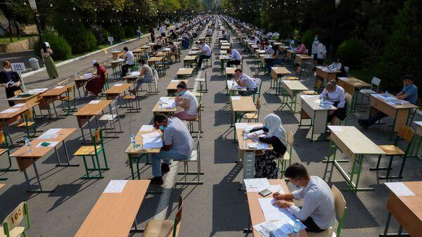 Узбекские студенты сдают вступительные экзамены под открытым небом в Ташкенте - Sputnik Узбекистан
